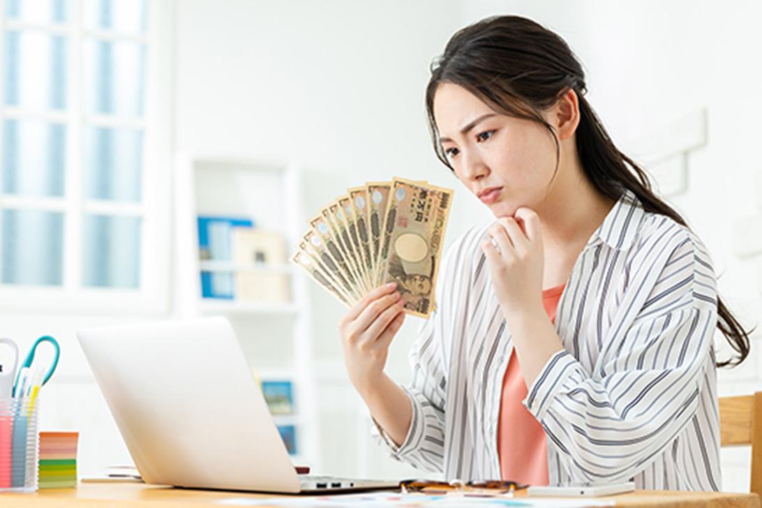 お金について悩んでいる女性